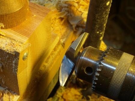 021、特注のルーター刃で木口を削る.jpg