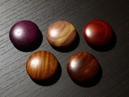 049、赤系の銘木のマグネット−2.jpg